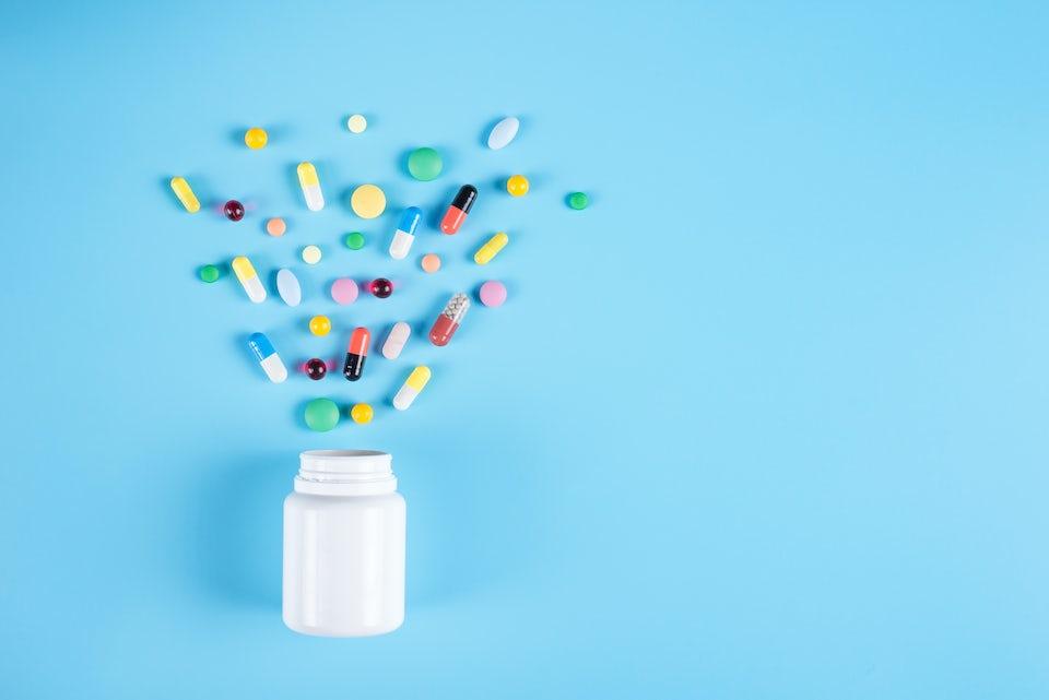 Parasetamoli – pilleripurkki, josta tulee ulos tabletteja ja kapseleita