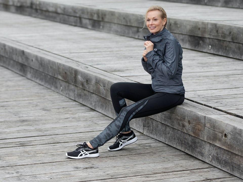 Kvinnelig løper sitter på trappa