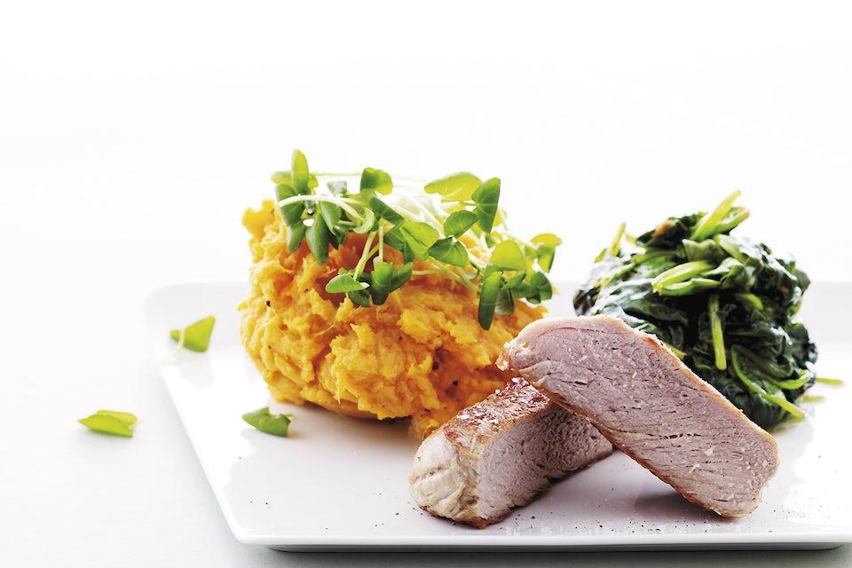 Svinemørbrad med sød kartoffel-mos og spinat