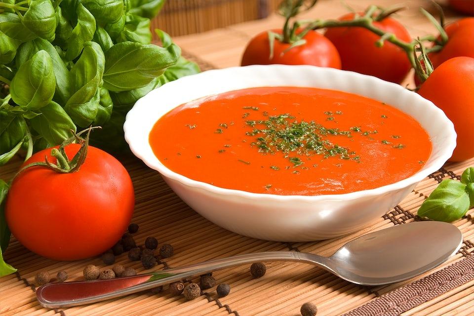 Tomaattikeittoa lautasella