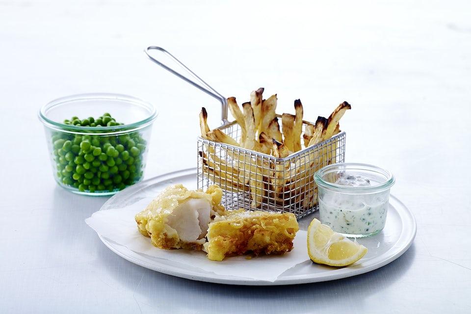 Fish and chips med erter og tartarsaus