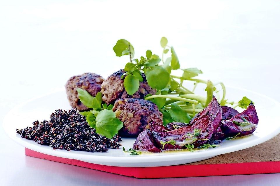 Lihapyöryköitä, paahdettua punajuurta ja kvinoaa