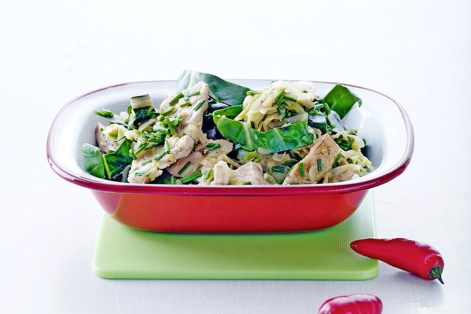 kyllingefilet med spidskål og sølvbede i wok