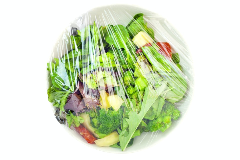 Sallad på tallrik med plastfolie