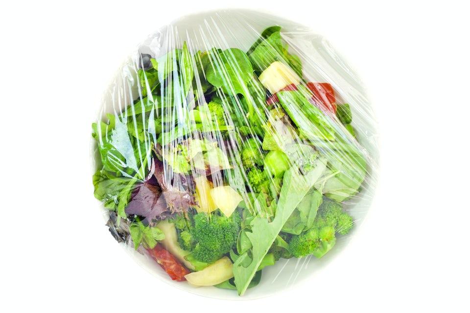 Salat på tallerken med husholdningsfilm