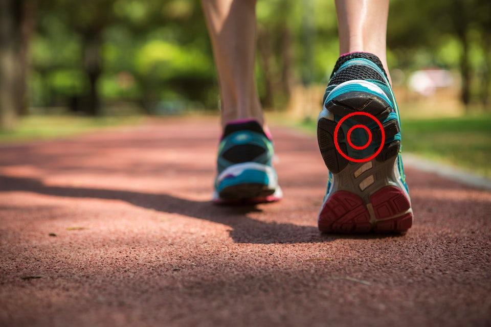 Kvinna med hälsporre i löparskor