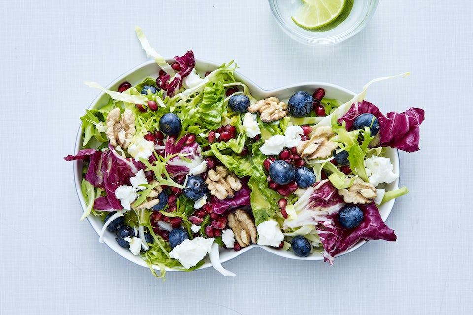 Salaatti mustikoilla koristeltuna