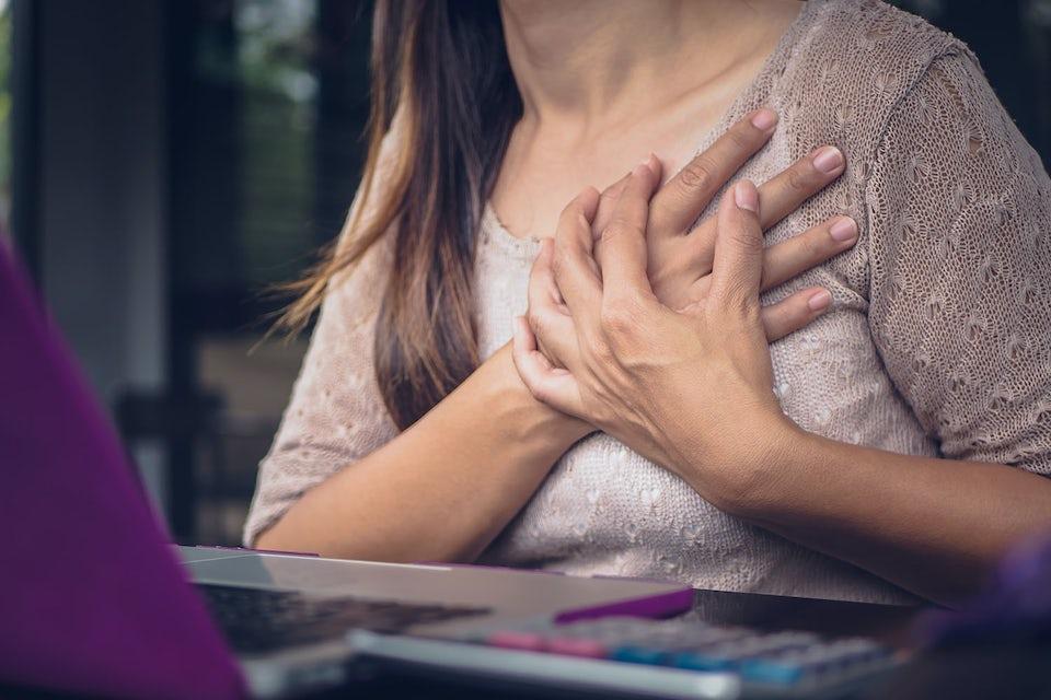 Kvinne med brystsmerter - et av mange stress-symptomer.