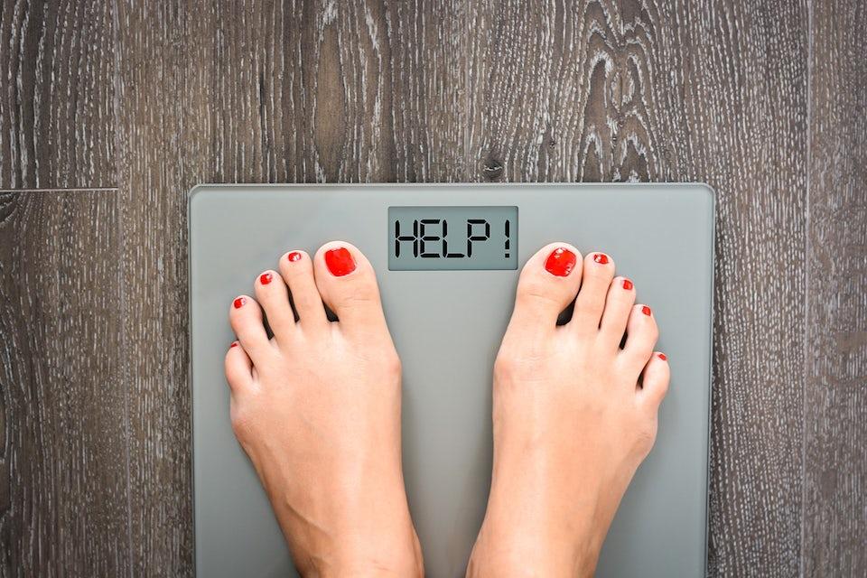 Kvinne veier seg på vekta