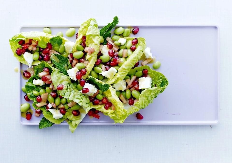Salaattia, granaattiomenaa, fetaa
