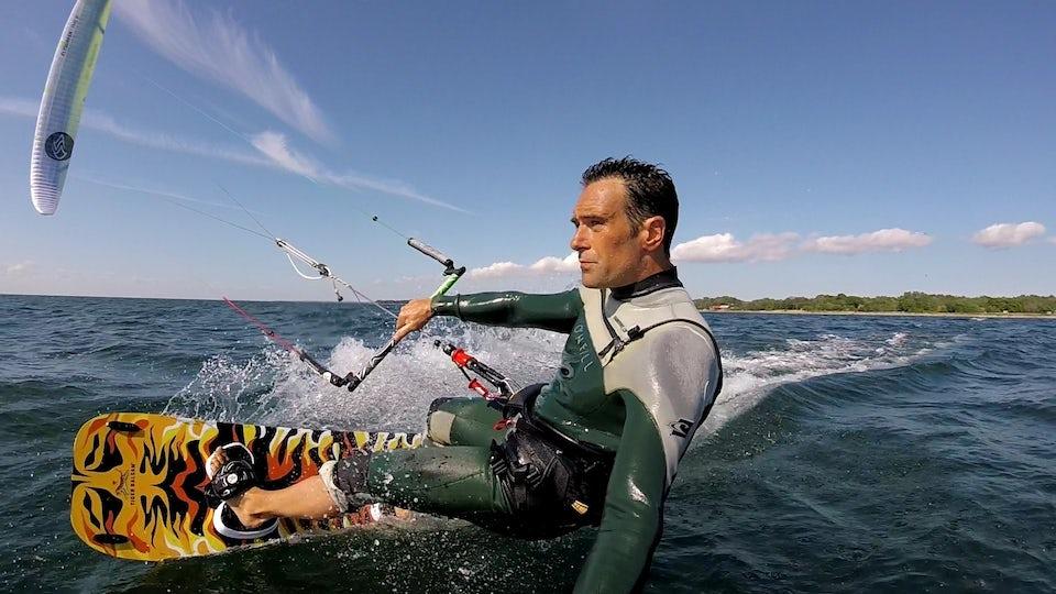 Markus Robért i Team Tigerbalsam har inte bara tagit SM-Guld i Kite racing utan är även forskare vid KTH och driver ett klimatföretag. Foto: Tigerbalsam Sverige