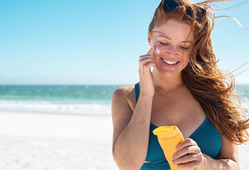 Kvinna med solkräm