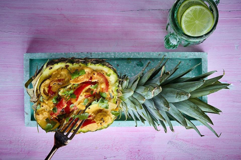 Tarjoa broilericurry ananaksenpuolikkaasta