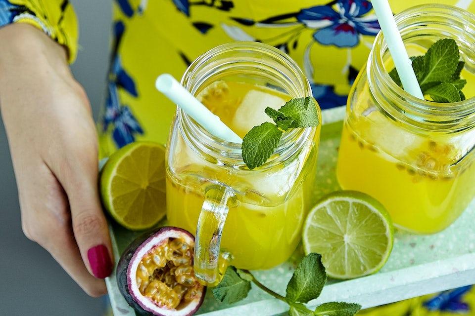passisonsfrugtdrik i glas på bakkke