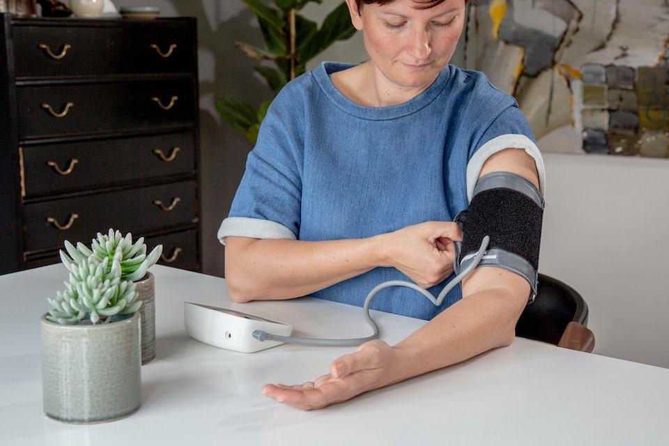 Kvinna mäter sitt blodtryck – normalt blodtryck