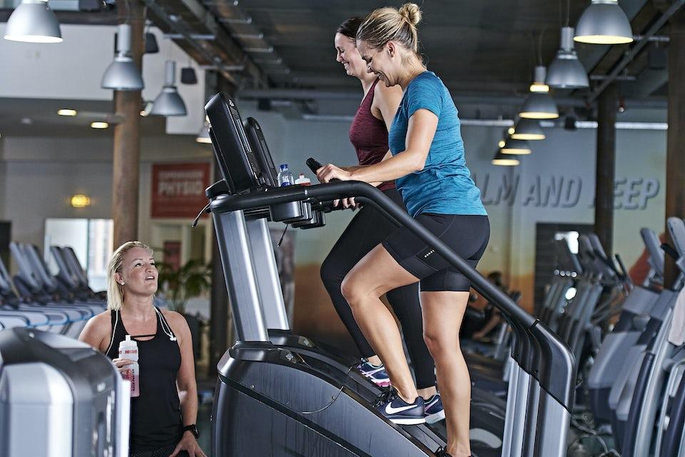 Kvinnor tränar i trappmaskin
