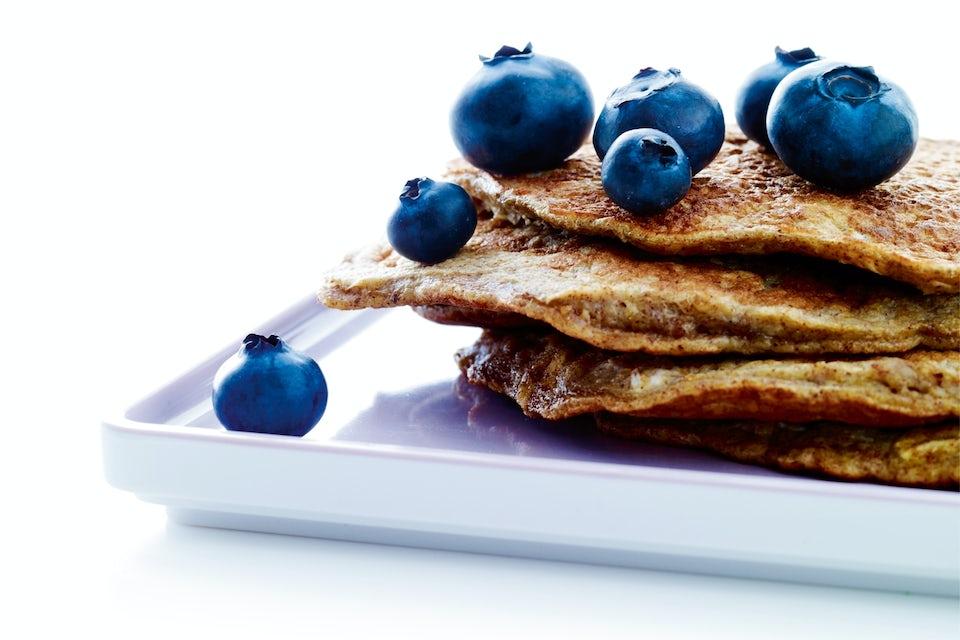 Gode, sunne bananpannekaker med blåbær – lages på bare fem minutter.