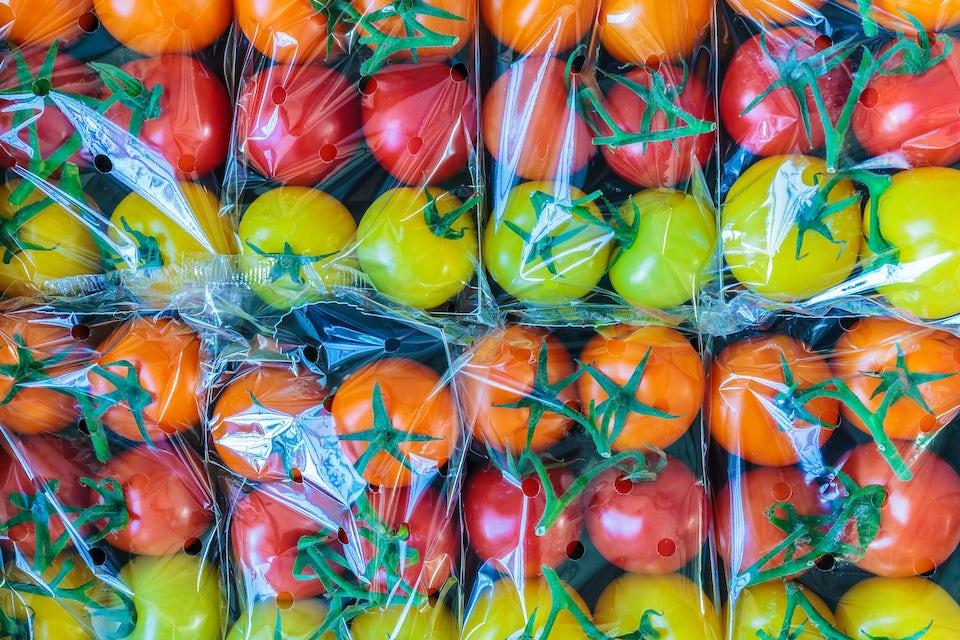 Tomaatteja muovipakkauksessa