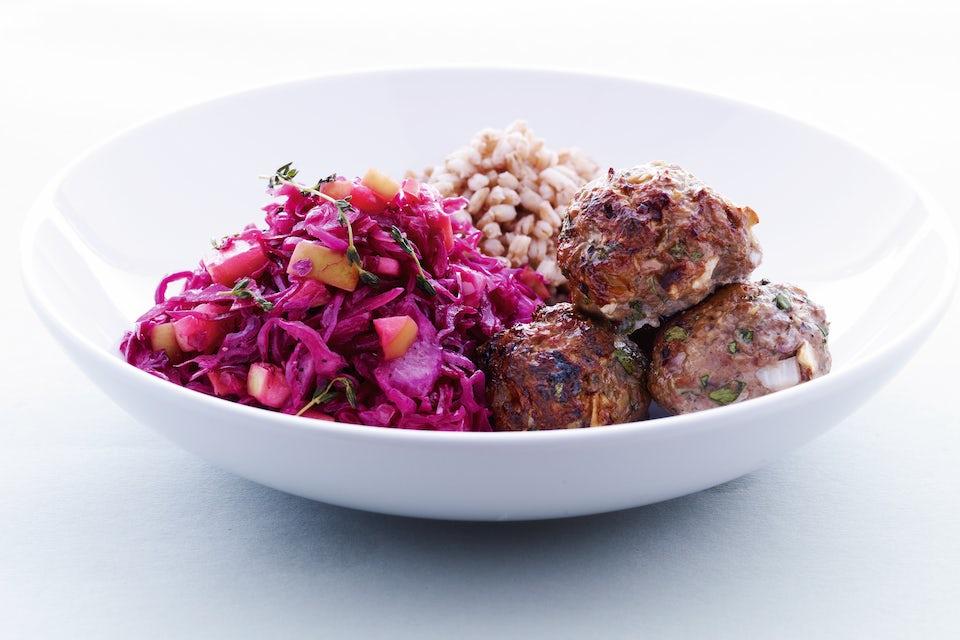 Lihapyöryköitä lisukkeineen lautasella