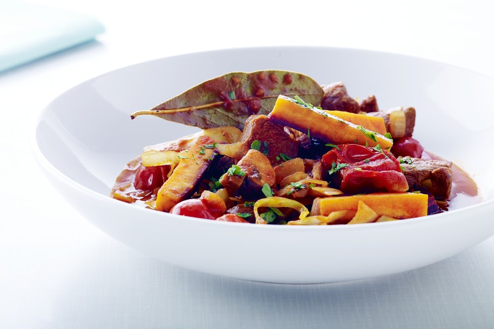 Liha-kasvispataa lautasella