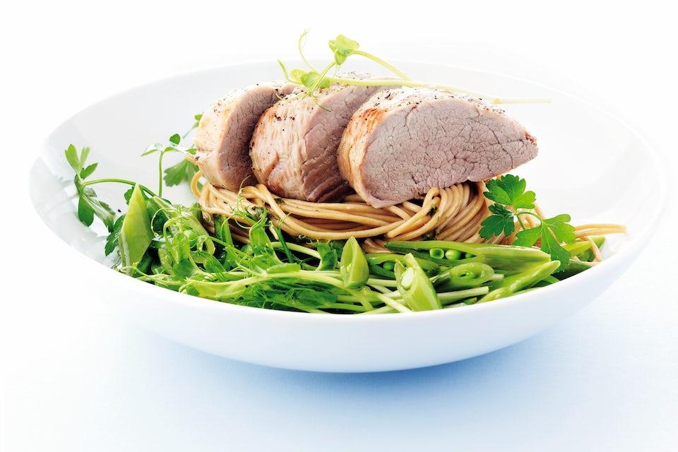 Skål med pasta, mørbrad og grønt