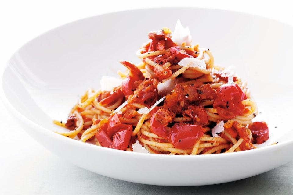 Skål med spagetti med tomat- og chilisaus