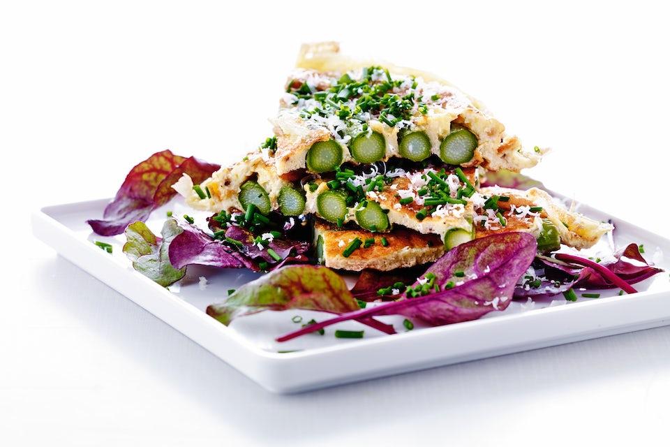 Tallerken med frittata med asparges
