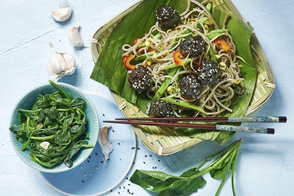 Skål med asiatiska köttbullar, nudlar och grönsaker