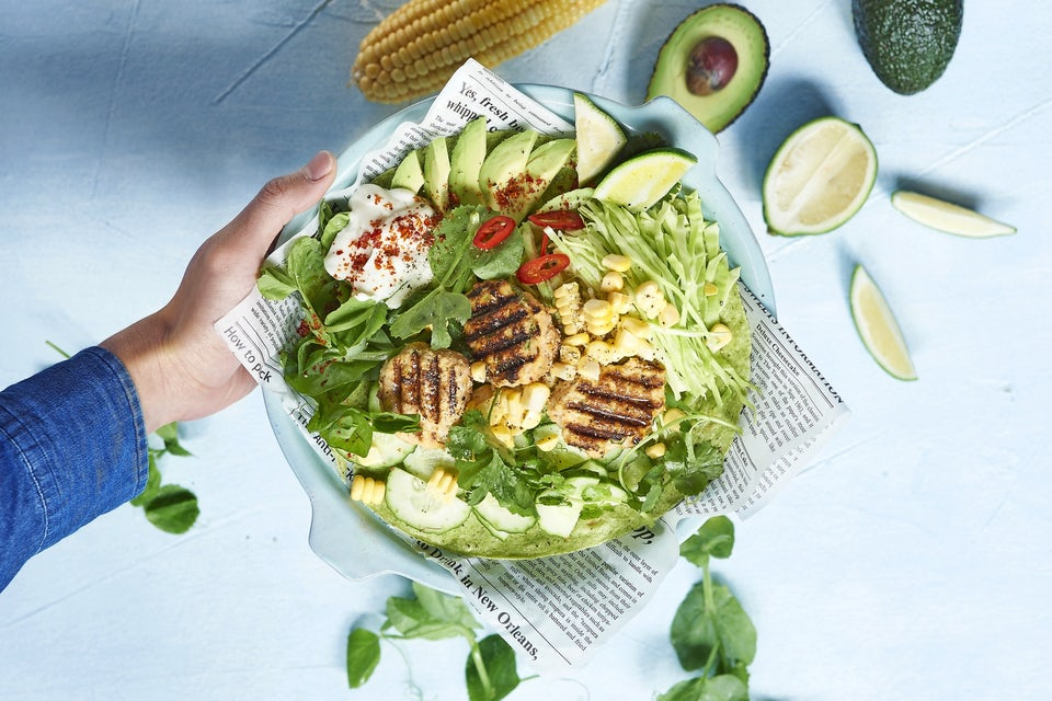 Tallerken med kyllingefrikadeller og salat i tortilla