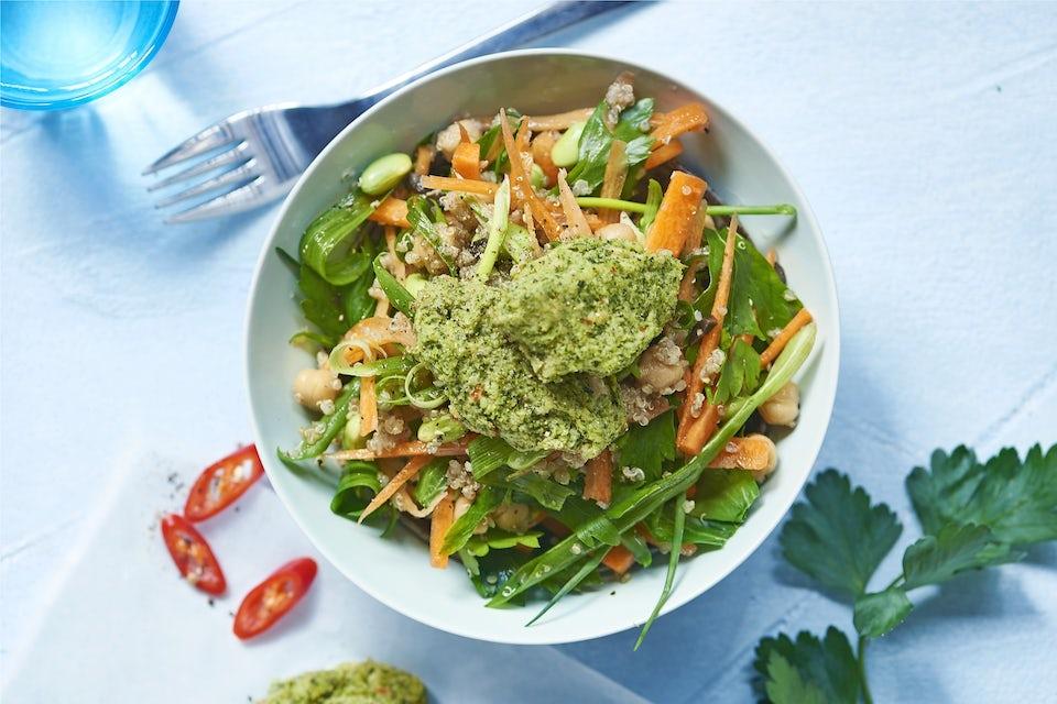 Skål med salat og vegetar-frikadeller