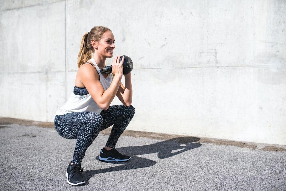 Kvinde styrketræner med kettlebell