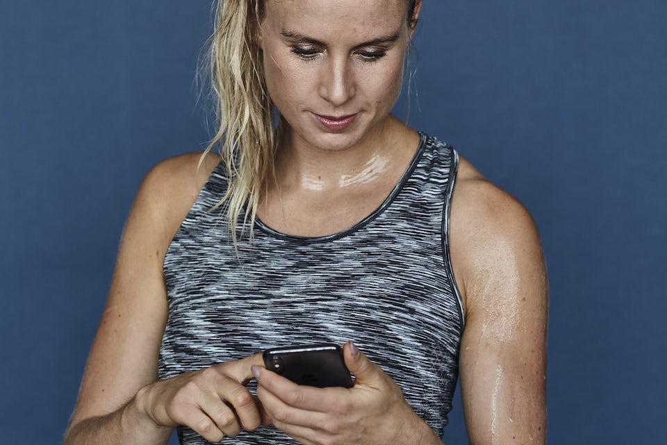 Kvinna med mobil, 9 minuters intervallträning räcker