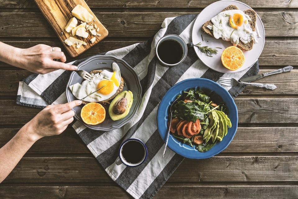 Kvinne spiser proteiner, gå ned i vekt med styrketrening