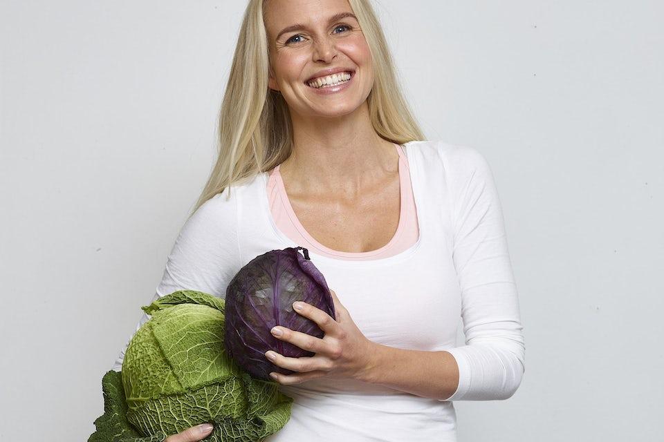 Kvinna håller i kål, stärk ditt immunförsvar