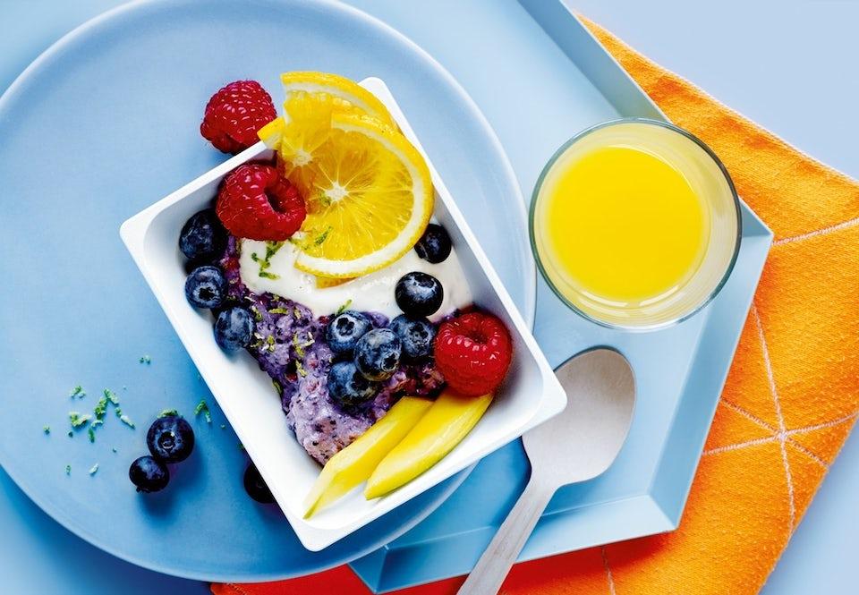 morgenmad bestående af grød, frugt og juice