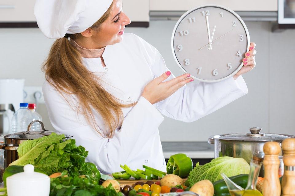 Kvinne som går på 16:8-dietten