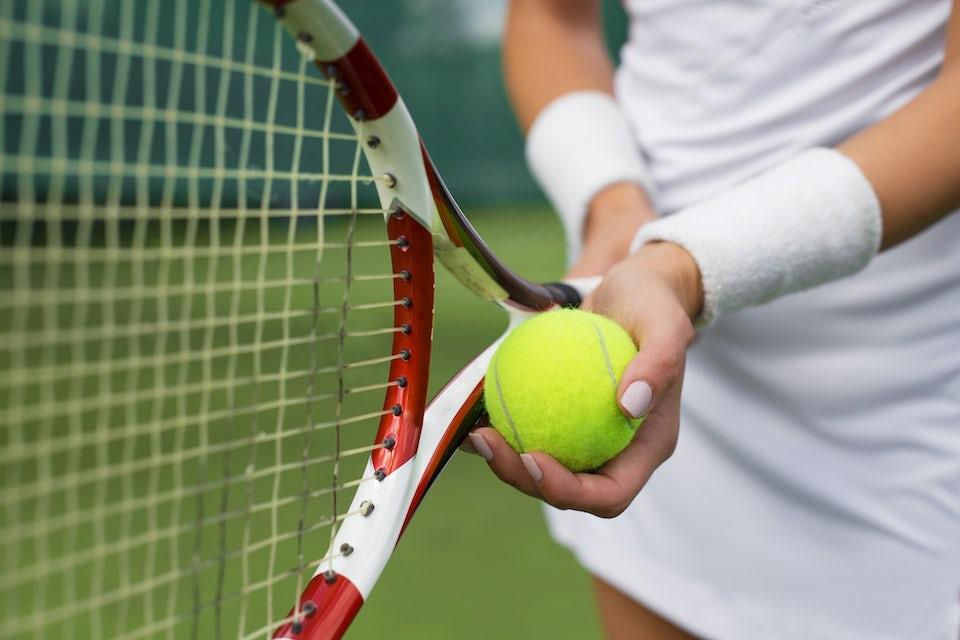 Kvinna spelar tennis