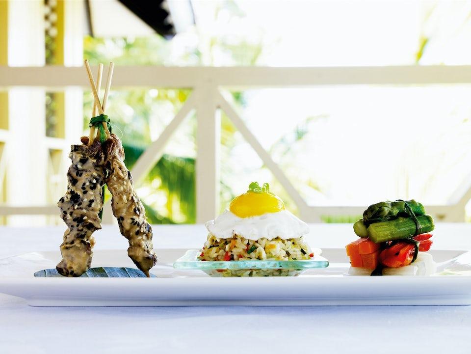 Sund frokost - kyllingespyd, spejlæg og grøntsager på tallerken