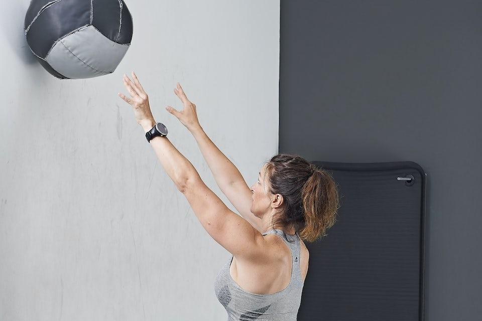 Ball mot vegg