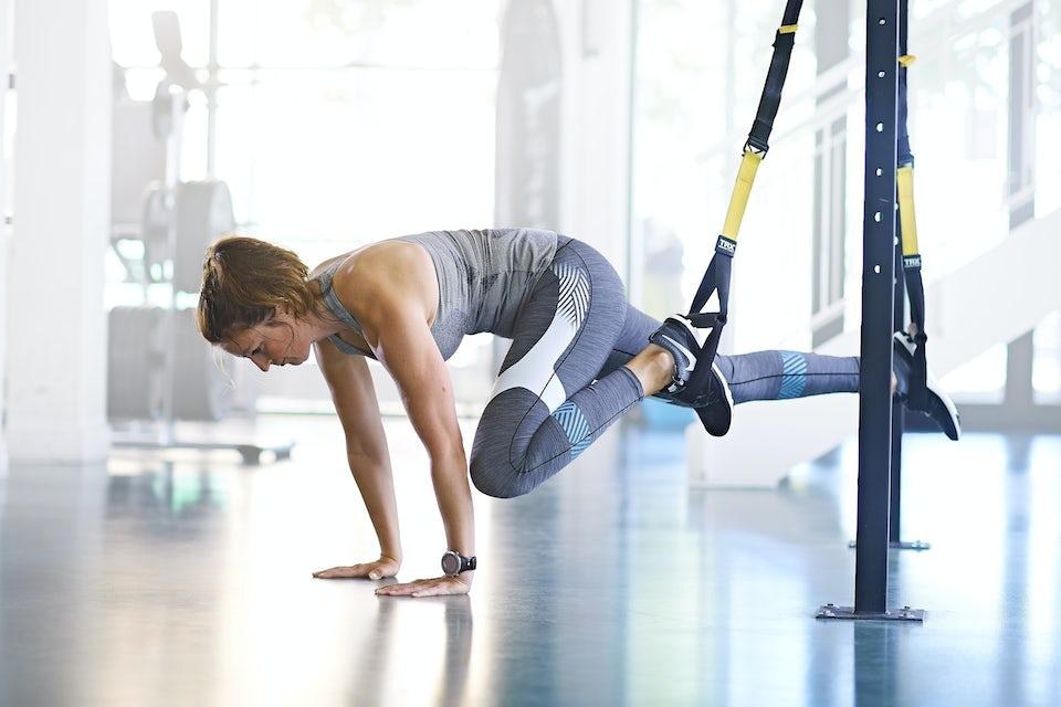 Kvinne trener med slynger