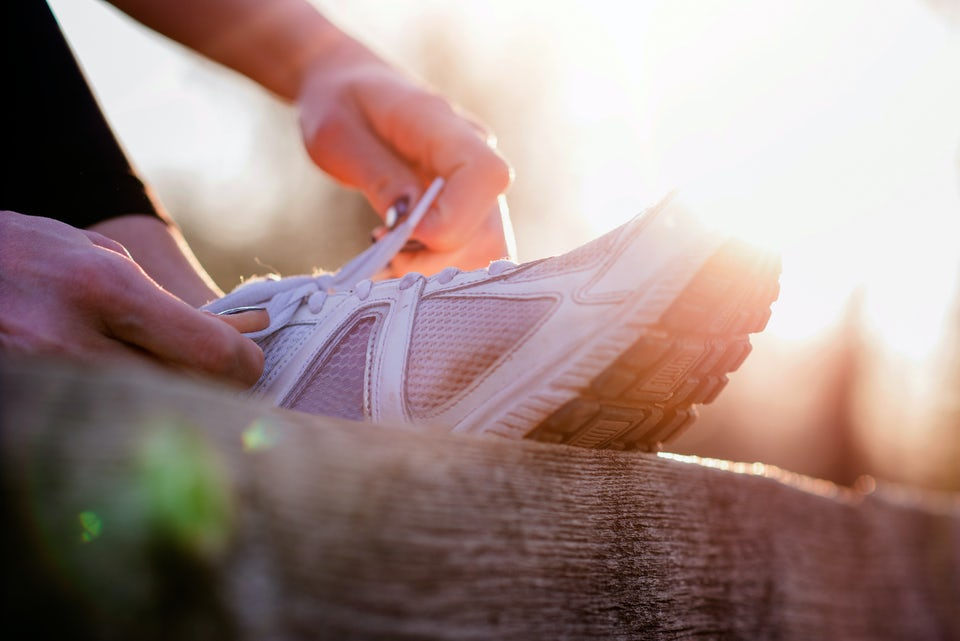 Kvinde snører løbesko
