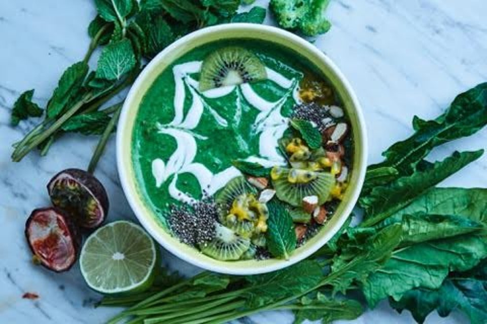 Smoothie med skyr, brokkoli, spinat, chiafrø