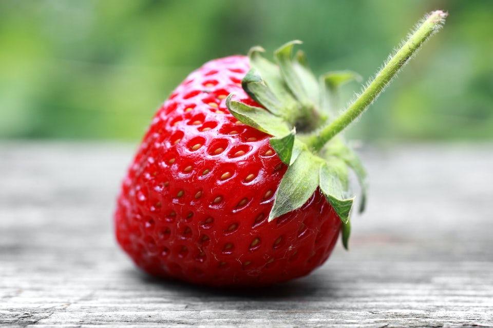 Jordbær på træbord