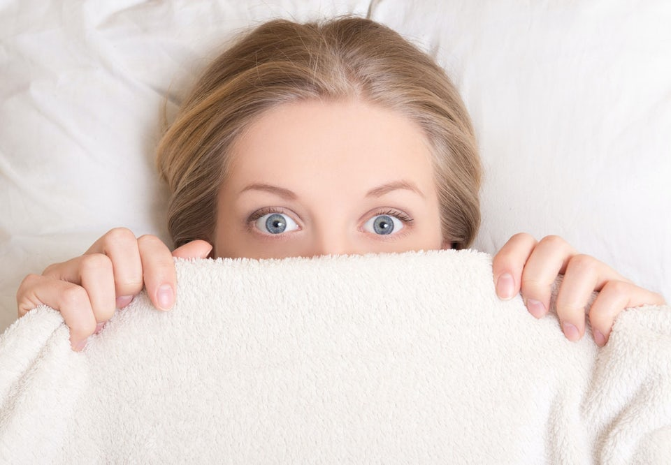 Kvinna som sover utan täcke