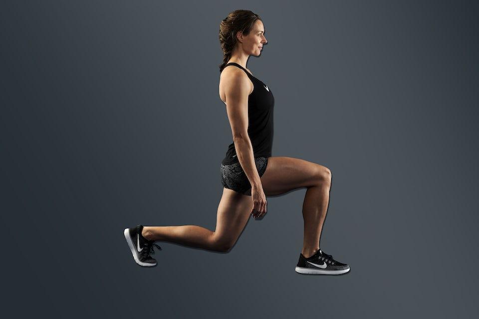 Kvinde træner lunges