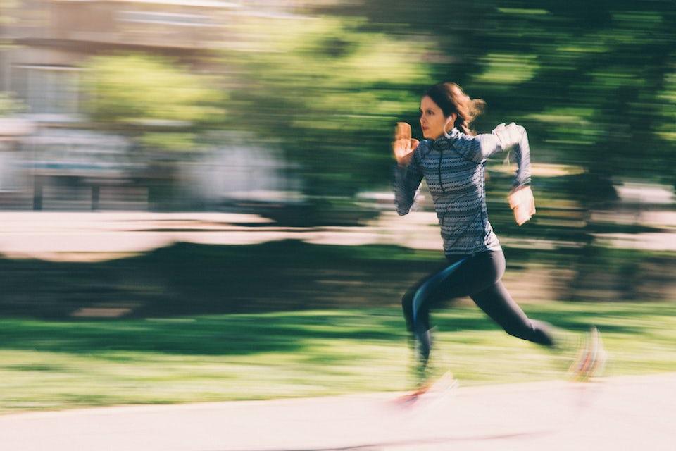 Nainen juoksee intervalleja