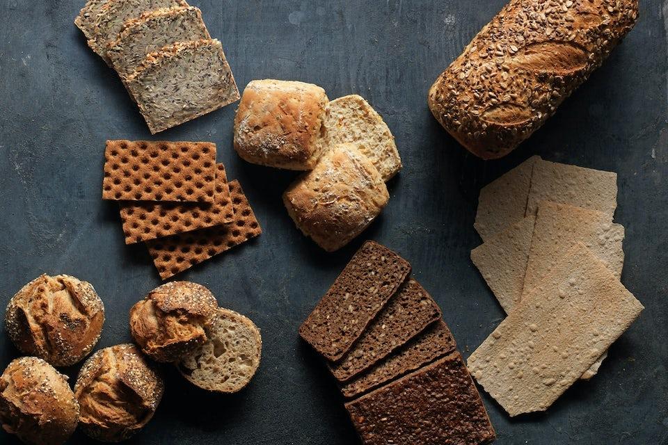 Forskellige typer brød på bord