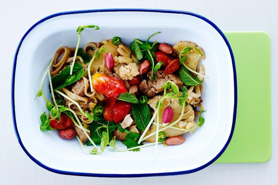 Mørbrad i wok med blomkål og jordnødder