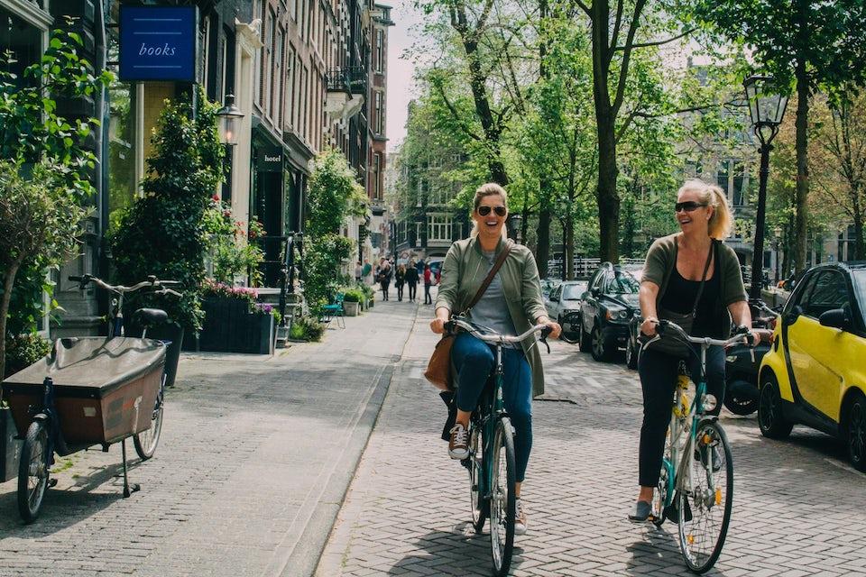 To kvinder cykler