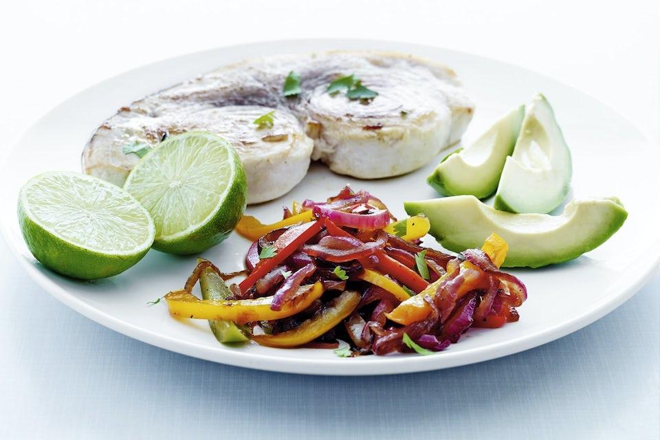 Tallerken med grillet sværdfisk, avocado, lime og peberfrugtrelish